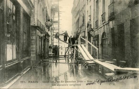 Paris- inondation de janvier 1910 - Rue de l'hotel Colbert - Un escalier original