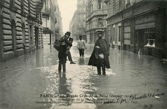 07arrt-paris-La grande crue de la seine- secouristes militaires portant secours aux habitants