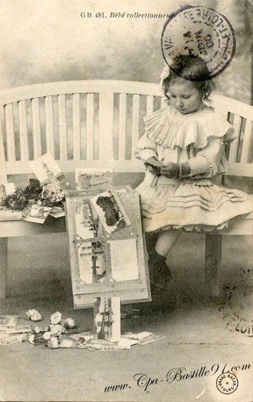 Bébé collectionneur de cartes postales