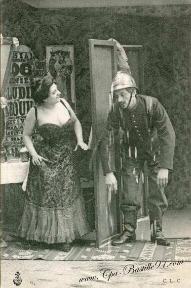 carte postale ancienne-Un Pompier bien trempé
