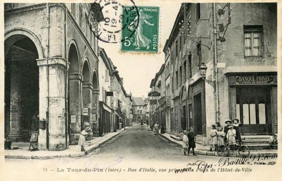 Carte postale ancienne-La tour-du-Pin- rue d'italie