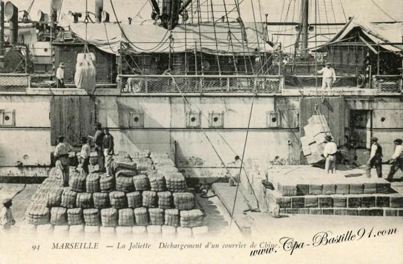 Marseille-La Joliette-Dechargement d'un courrier de Chine