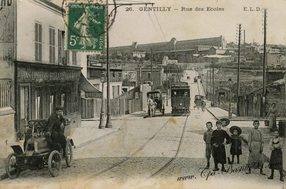 Gentilly-Rue-des-écoles-voiture-Tramway-Attelage