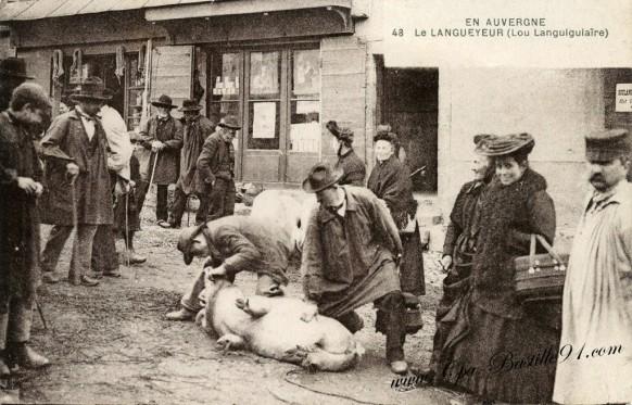 Carte-Postale-Ancienne-Le Langueyeur de Porc