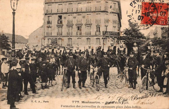 Montmartre-mai-Juin-1906-Formation-des-patrouilles-de-cuirassiers-Place-Jules-Joffrin