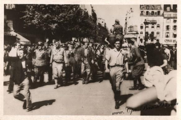 Carte-Postale-Ancienne-Photos Libération de Paris-Groupe de prisonniers traversant la rue de Rivoli