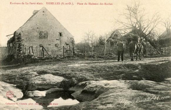 Videlles-Place-du-Hameau-des-Roches