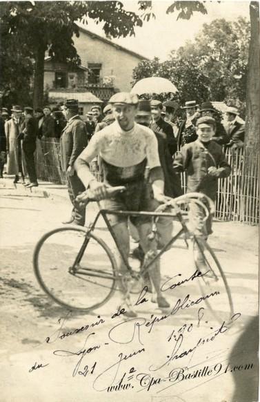 cycliste des années 1900 à la course du Lyon républicain de 1908