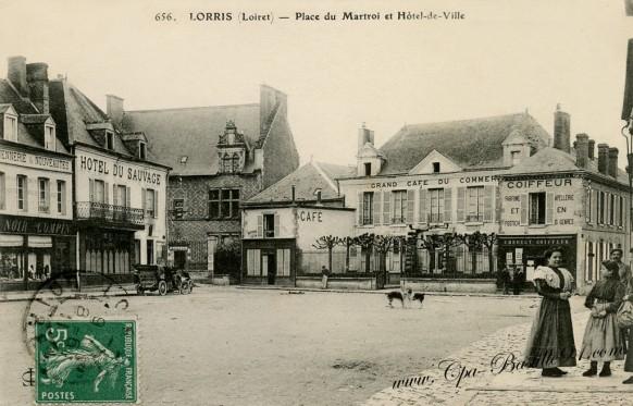 Lorris-Place-du-Martroi-et-Hotel-de-Ville