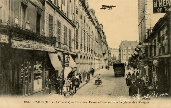 Paris-Rue-des-francs-Bourgeois-à-la-place-des-Vosges