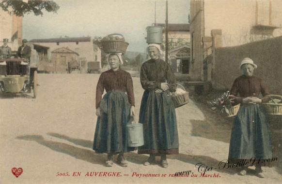 En-Auvergne-Paysannes-se-rendant-au-Marché