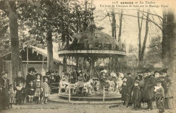 Rennes-Au-Thabor-un-tour-de-Chevaux-de-bois-sur-le-manège-Bijou
