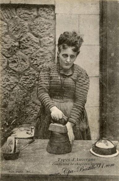 Cartes-postales-Ancienne-Types-dAuvergne-Confection-de-chapeaux-locaux
