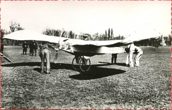 Histoire de l'aviation - 1907 Blériot sur son Blériot V vole à Bagatelle