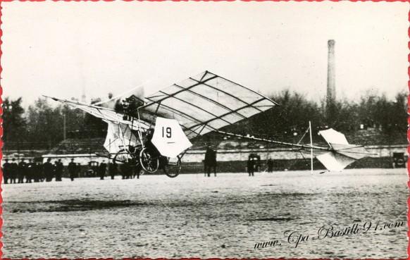 histoire-de-laviation-En-novembre-1907-la-demoiselle-N°19-de-santos-Dumont-qui-accomplit-des-vols-de-190-et-200métres