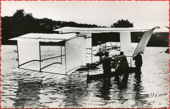 1905-Hydro-planeur-Blériot-voisin-vole-remorqué-de-150metres.