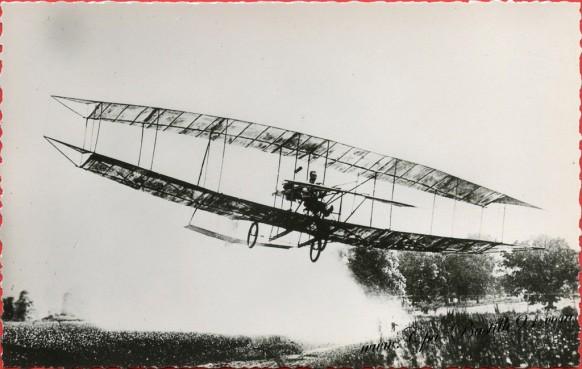histoire-de-laviation-Le-4-juillet-1908-Le-June-Bug-piloté-par-Curtiss-vole-1000-mètres-et-gagne-la-coupe-Scientific-Américan