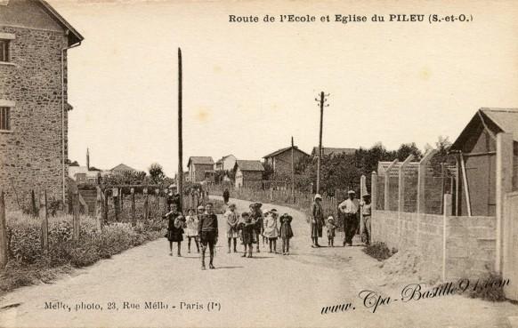 Carte Postale Ancienne - Route de l'école et église du Pileu