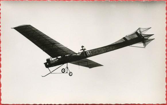 Histoire de l'Aviation de Ader à 1910 le 7 janvier 1910 Le pilote Hubert Latham sur Antoinette est le premier à monter à 1000 mètres