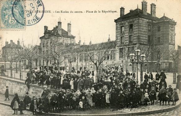 Carte Postale Ancienne - Ivry sur Seine - Les écoles du centre Place de la République