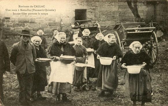 Carte Postale Ancienne - Environs de callac - Une noce à Kersallec - Jeunes filles portant la soupe