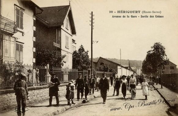 carte-postale-ancienne-Héricourt-avenue-de-la-gare-sortie-des-ouvriers