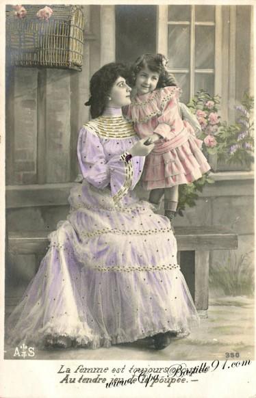 La femme est toujours Occupée au tendre jeu de la poupée