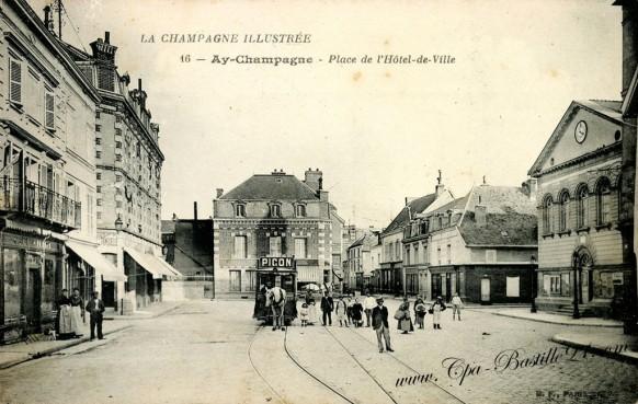 Cartes Postales Anciennes - Ay-Champagne - Place de l'hôtel de ville - Pub Picon