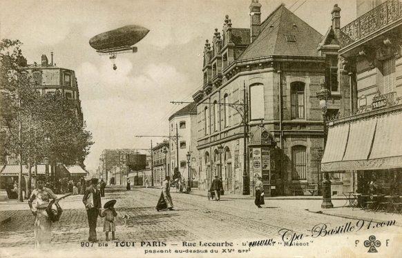 Carte Postale Ancienne - Tout Paris - Rue lecourbe - l'aéronef Malécot passant au dessus du XV arrondissement