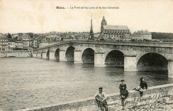 Carte Postale Ancienne de Blois et son pont sur la Loire à la belle époque