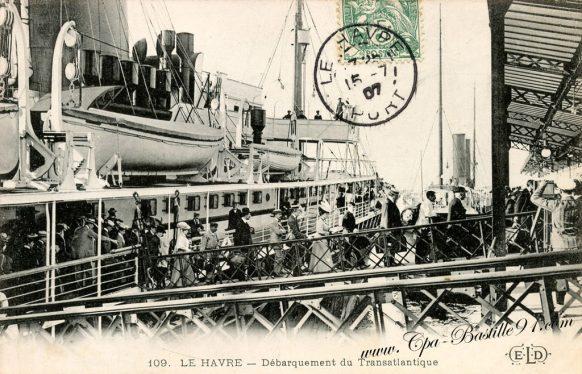 Carte Postale Ancienne - Le Havre débarquement du Transatlantique