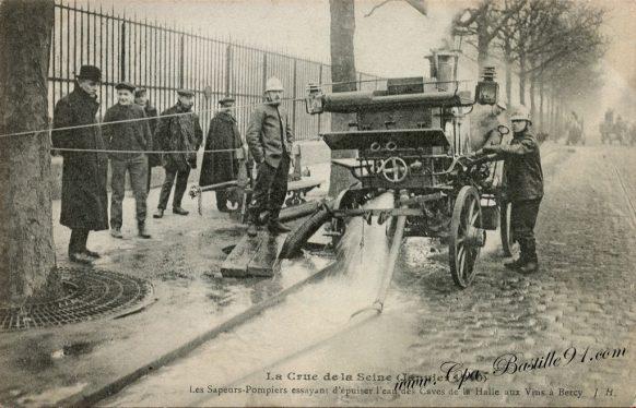 Inondation de Paris - Les sapeurs essayent d'épuiser l'eau des caves de la halle aux vins à Bercy