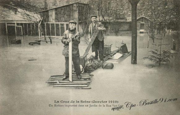 La crue de la Seine en Janvier 1910 - Un Radeau improvisé dans la rue Van-Loo