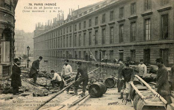 Le Paris de 1910 Inondé - Le Génie construisant les passerelles pour aller à la chambre des députés