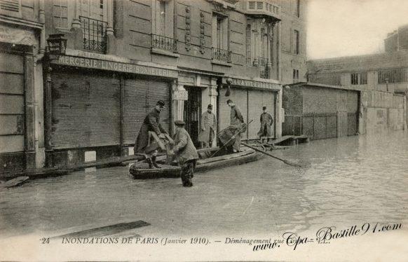 CPA des Inondations de Paris en janvier 1910 - déménagement rue Gros