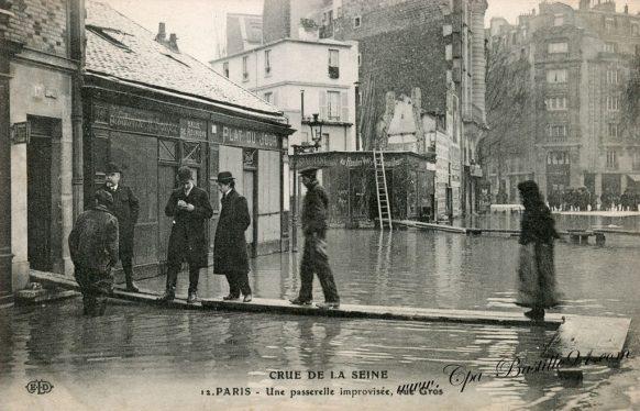 Crue de la Seine - Paris 1910 - Une Passerelle improvisée Rue Gros