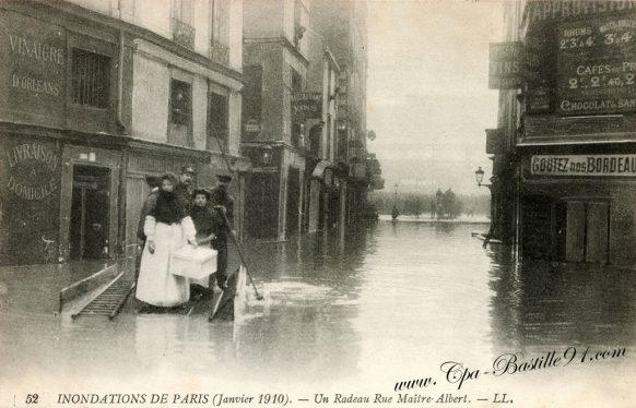 Cartes Postales Anciennes des Inondations de Paris en 1910 - Un radeau rue Maitre Albert