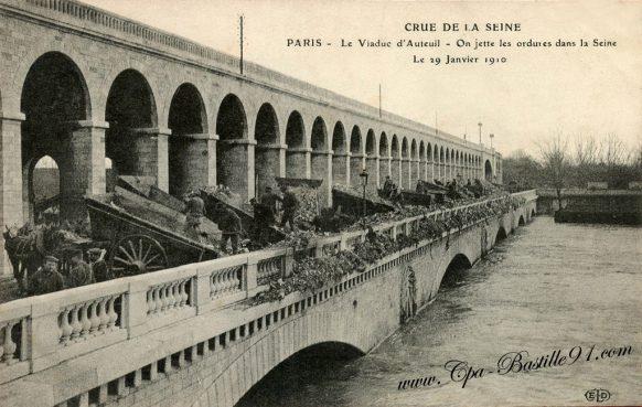 Crue de la Seine - Paris - Sur Le viaduc d'Auteuil on jette les ordures dans la seine