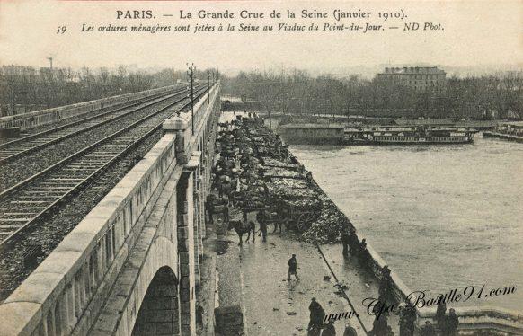 Paris La grande crue de la seine - Les Ordures ménagères sont jetées à la Seine au viaduc du Point du Jour
