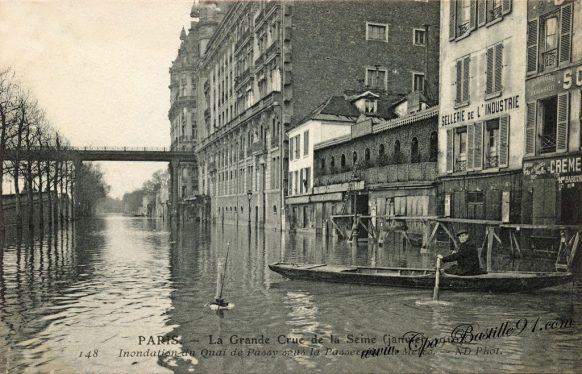Paris la Grande Crue de la Seine en Janvier 1910 - Inondation du quai de Passy sous la passerelle du métro
