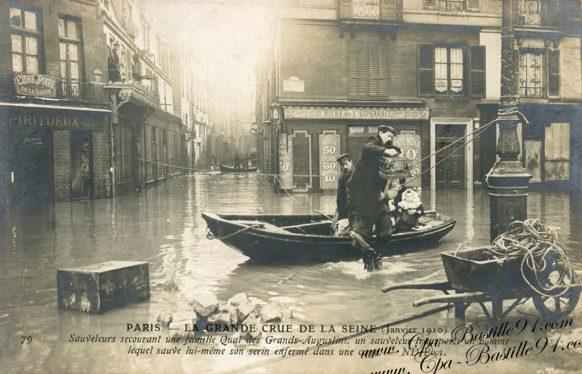 Paris la Grande Crue de la seine en 1910 - les sauveteurs secourant une famille quai des Grands Augustins