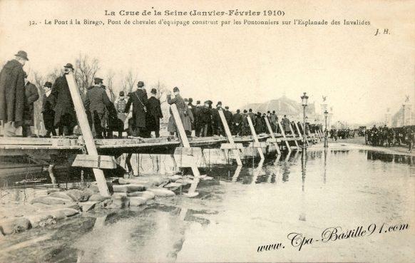 Inondations de Paris 1910 Le Pont à la Birago, pont de Chevalet d'équipage construit par les Pontonniers sur l'esplanade des Invalides