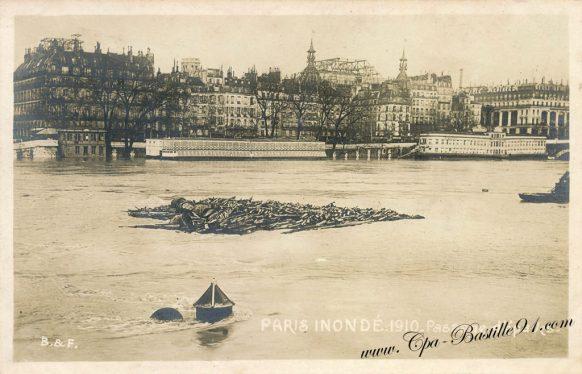 Carte postale Ancienne - Paris Inondé en 1910 - Passage d'épaves