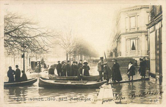 Carte postale Ancienne - Paris inondé - Avenue Montaigne en 1910