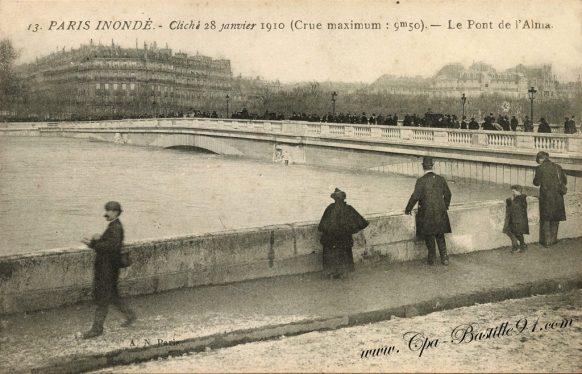 Cartes postales Anciennes de Paris Inondé en 1910 – Le pont de l'Alma