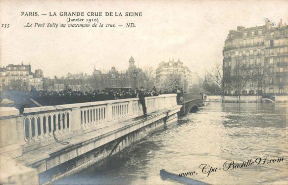 La Grande Crue de la Seine en janvier 1910 - Le pont Sully au maximum de la crue