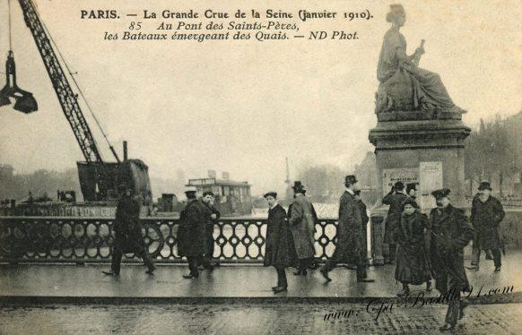 Paris La grande Crue de la Seine de Janvier 1910 au pont des Saints Péres