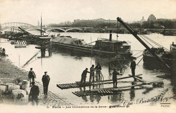 Paris 1910 - Les inondations de la Seine au quai Henri IV