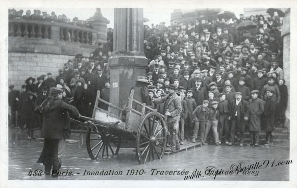 Paris Inondation de 1910 - la Traversée du quai de Passy en charrette à bras