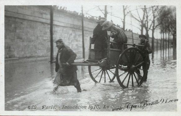 Paris Inondation de 1910 - La traversée du quai de Passy à Charrette